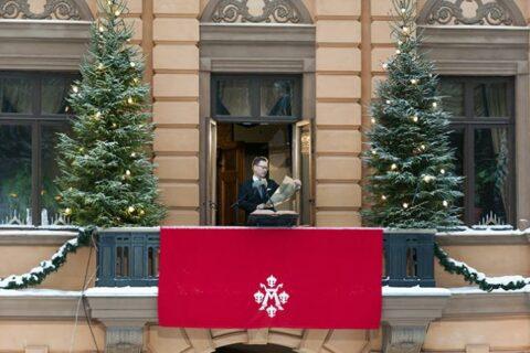 Mies lukee parvekkeella joulurauhan julistusta