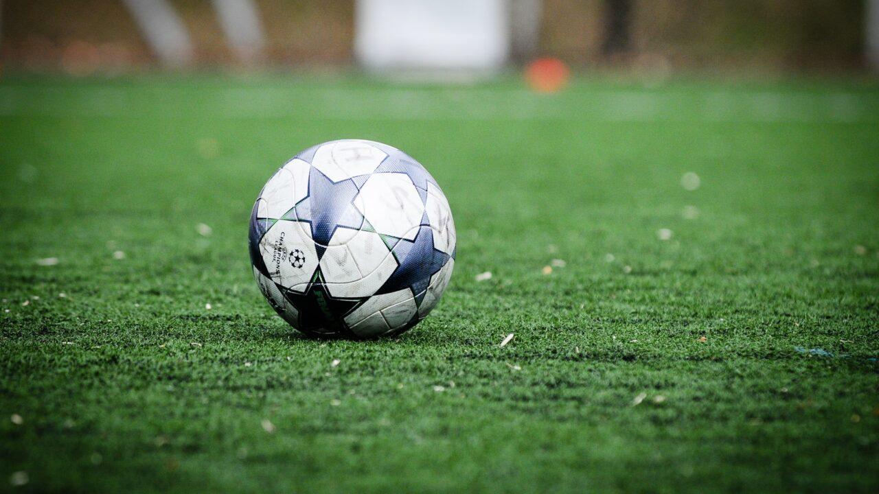 Jalkapallo vihreällä nurmella.