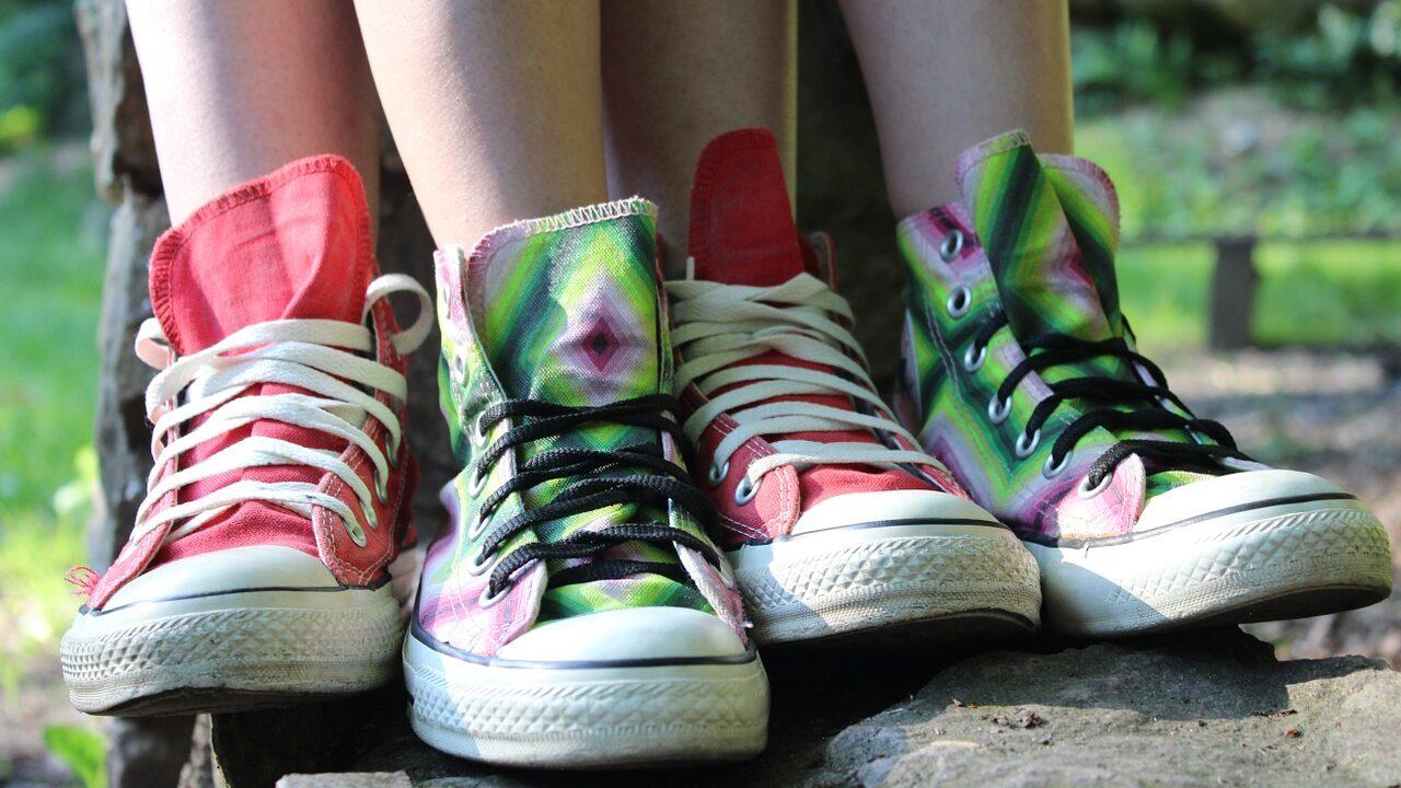 Lähikuva kahdesta värikkäästä Converse-kenkäparista.