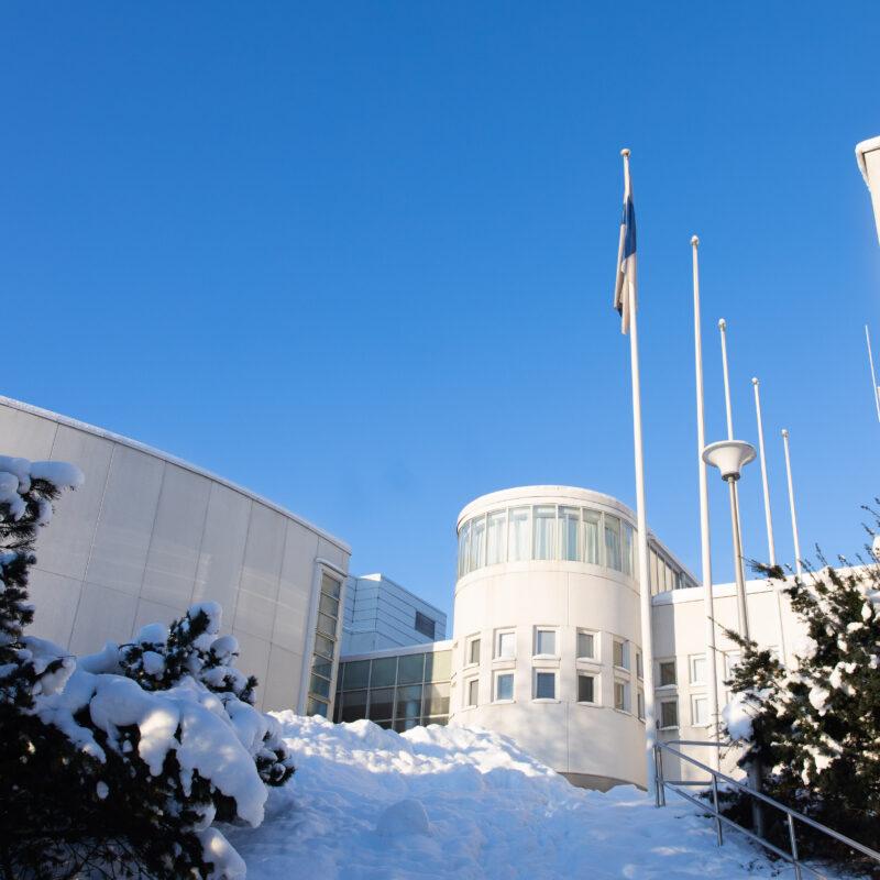 Suomen lippu salossa Valkean talon edustalla.