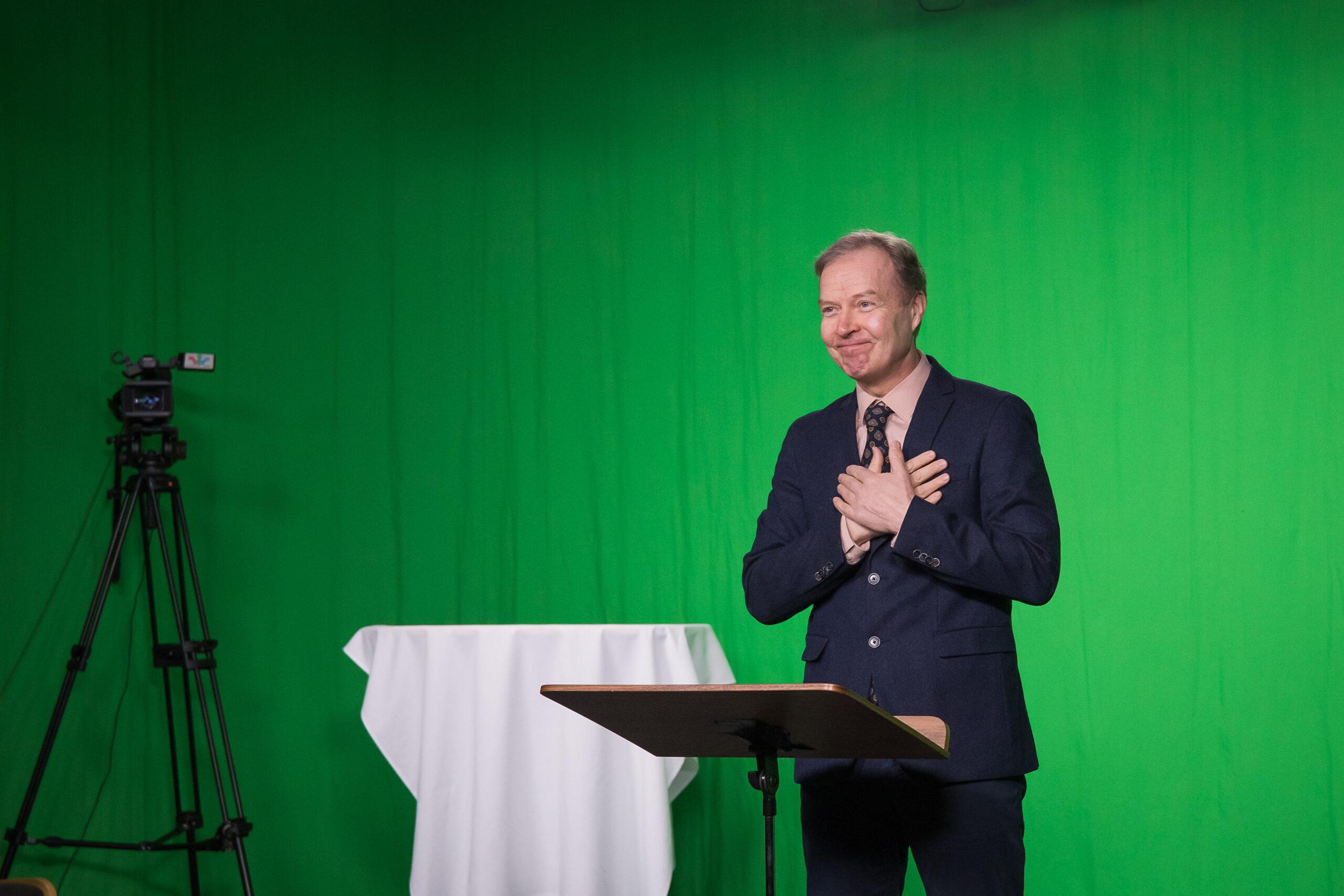 Kuurojen Liiton toiminnanjohtaja Markku Jokinen viittoo kädet rinnalla kameralle..