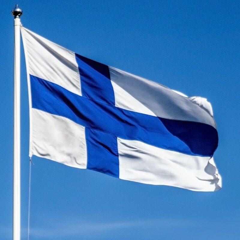 Suomen lippu liehuu taivaalla.