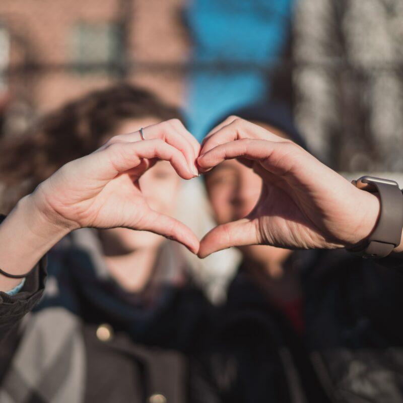 Naisen kädet muodostavat sydämen.