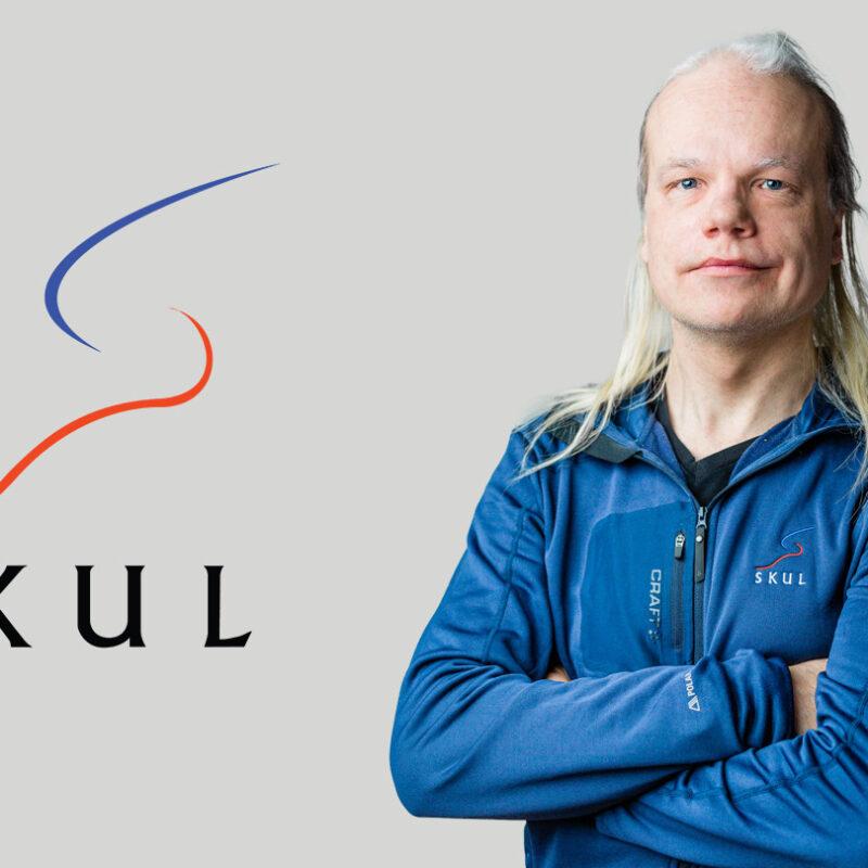SKUL-logo ja Juha Vahtera vierekkäin