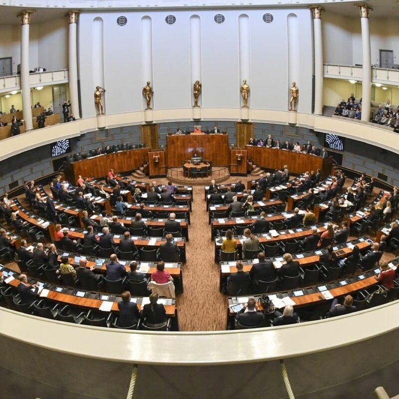 Eduskunnan täysistunto kuvattu ylhäältä päin