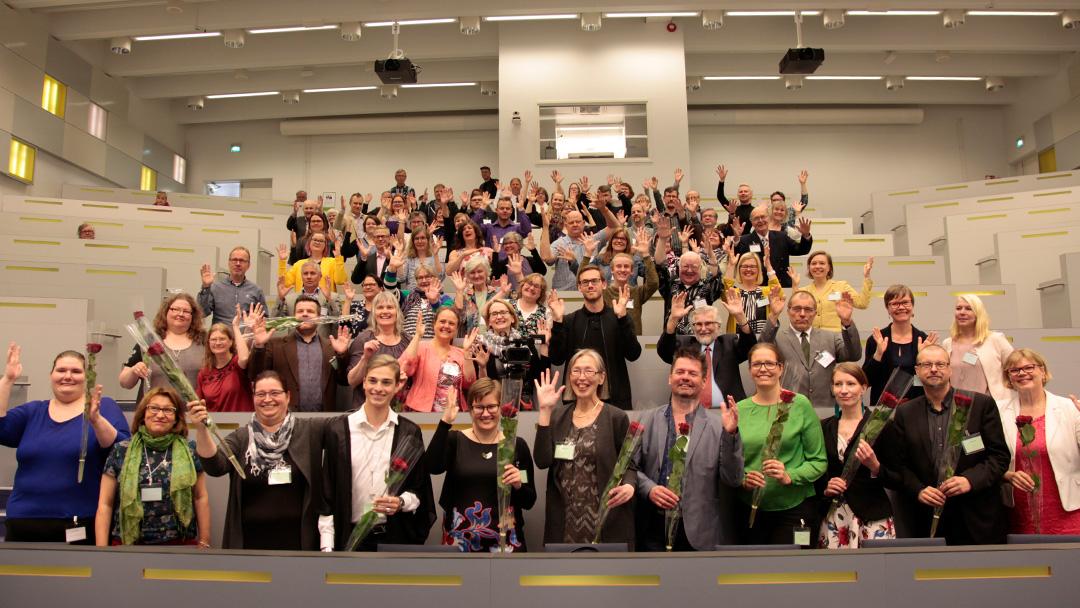 Ryhmäkuva liittokokousväestä kokoustilassa