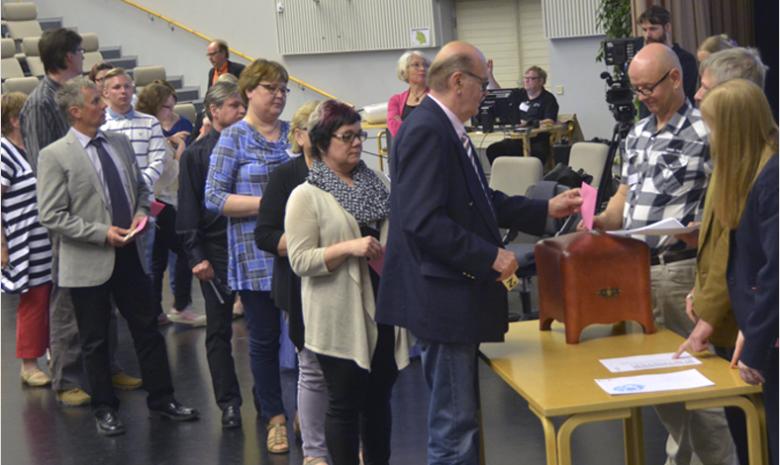 Ihmiset jonottamassa vaaliuurnan luo