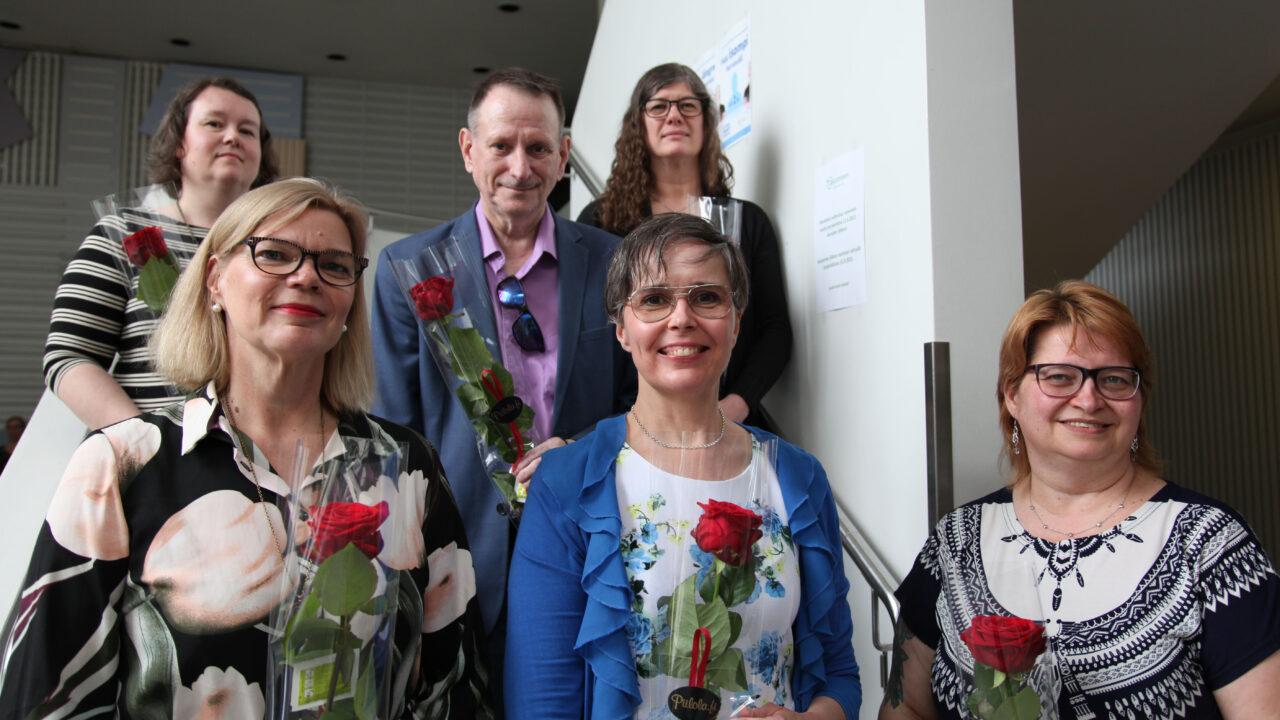 Kuvassa hallituksen jäsenet seisoivat Valkean talon aulan portailla ruusut kädessään